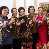 Ketika menteri-menteri wanita di Kabinet Kerja Presiden Joko Widodo (Jokowi), seperti Susi Pudjiastuti, Nila F Moeloek, Rini Soemarno, Retno Marsudi, Sri Mulyani melakukan foto bersama (sumber: Twitter/@susipudjiastuti)