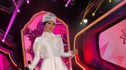 Inul Daratista saat berada di panggung. Inul tampil sangat modis dengan balutan busana putih dilengkapi dengan turban berwarna putih juga. Dengan memakai turban hijab warna putih, pesona Inul sangat terpancarkan (Instagram.com/Inul.d)