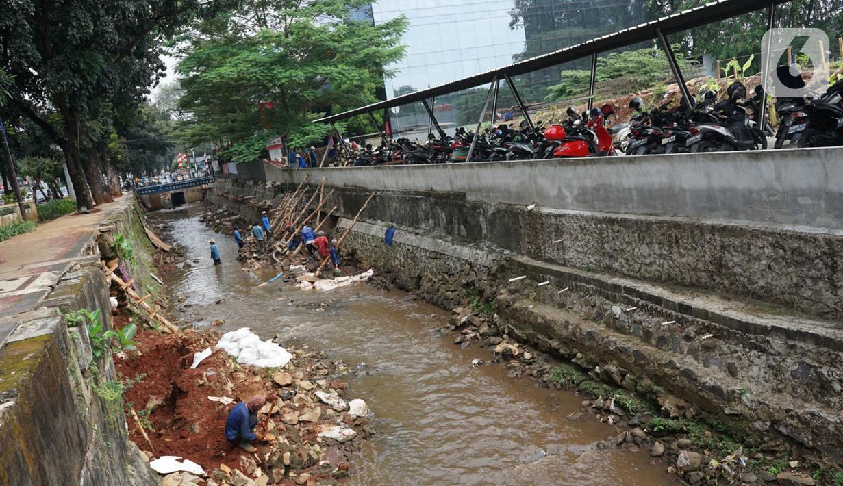 Pekerja menyelesaikan perbaikan turap Kali Pancoran di Jakarta, Rabu (12/8/2020). Perbaikan yang dilakukan merupakan bagian dari perawatan rutin guna memerkuat dinding turap sehingga mencegah kelongsoran. (Liputan6.com/Immanuel Antonius)