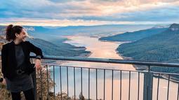 Tak cukup hanya berkunjung di Perisher Valley wanita 27 tahun ini berkunjung di Burragorang Lookout.  Pemandangan yang menakjubkan membuat Sahila betah berlama-lama di Burragorang Lookout. (Liputan6.com/IG/sahilahisyam)
