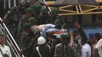 Personel TNI dan polisi membawa Menko Polhukam Wiranto menuju helikopter usai diserang orang tak dikenal di Pandeglang, Banten, Kamis (10/10/2019). Wiranto yang mengalami luka tusuk di bagian perut akibat penyerangan itu dibawa ke RSPAD Gatot Subroto, Jakarta dengan helikopter. (AP Photo/Rafsanjani)
