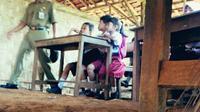 Sekolah ini berdiri dengan dinding yang terbuat dari bilik bambu, beratapkan rumbia, dan berlantaikan tanah.
