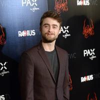 Wajah Radcliffe sebagai Walter muncul di akhir video. Saat itu, ia tengah mencoba trik sulap di balkon gedung. (AFP/Bintang.com)