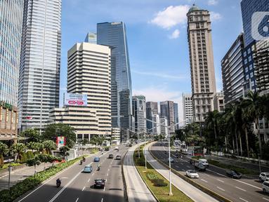 Suasana lalu lintas di kawasan Sudirman, Jakarta, Kamis (4/6/2020). Gubernur DKI Jakarta Anies Baswedan memperpanjang penerapan Pembatasan Sosial Berskala Besar (PSBB) dan menetapkan bulan Juni sebagai masa transisi Ibu Kota di masa pandemi. (Liputan6.com/Faizal Fanani)