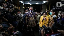 Ketua Umum Parta Demokrat Agus Harimurti Yudhoyono beserta jajaran pengurus partai tiba di kantor DPP Partai Golkar, Jakarta, Kamis (25/6/2020). AHY melakukan pertemuan untuk membahas Pilkada serentak 2020 serta pembangunan perekonomian saat pandemi COVID-19 ini. (Liputan6.com/Johan Tallo)