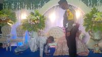 Pengantin pria terima hukuman karena langgar protokol kesehatan di penyelenggaraan pesta pernikahannya. (dok. Twitter @Namaku_Mei)
