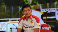 Pebalap Indonesia yang turun di ajang GP2 Series, Rio Haryanto saat mengunjungi SCTV Tower di bilangan Senayan, Jakarta, Jumat (31/7/2015). Ekspresi Rio Haryanto saat melakukan wawancara dengan SCTV. (Liputan6.com/Helmi Fithriansyah)