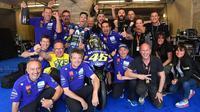 Pembalap Movistar Yamaha, Valentino Rossi merayakan podium ketiga MotoGP Prancis 2018 di Sirkuit Le Mans. (Twitter/Yamaha Motor)