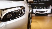 Pengunjung mencoba mobil Mercedez Benz All New E Class  saat peluncuran tujuh mobil terbaru Mercedes Benz di Gaikindo Indonesia International Auto Show (GIIAS) ICE BSD, Tangsel, Kamis (11/8). (Liputan6.com/Fery Pradolo)