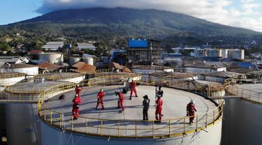Band rock Boomerang tampil di atas silo kilang Wilmar International di Bitung, Sulawesi Utara, Selasa (25/9). Boomerang dan aktivis Greenpeace menduduki silo Wilmar. (Dhemas Reviyanto, Nugroho Adi Putera, Jurnasyanto Sukarno/Greenpeace Southeast Asia/AFP)
