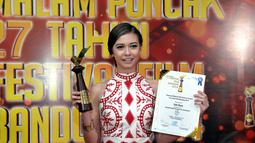 Yuki Kato meraih anugerah Pemeran Wanita Film Televisi Terpuji pada film Akankah Bunda Datang ke Pernikahanku?, Bandung, (13/9/14). (Liputan6.com/Panji Diksana)