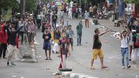 Sejumlah massa terlibat bentrok dengan polisi di kawasan Petamburan, Jakarta Barat, Rabu (22/5/2019). Kapolres Metro Jakarta Barat Kombes Hengki Haryadi menduga kuat massa aksi yang diamankan bukan merupakan warga Jakarta. (Liputan6.com/Faizal Fanani)