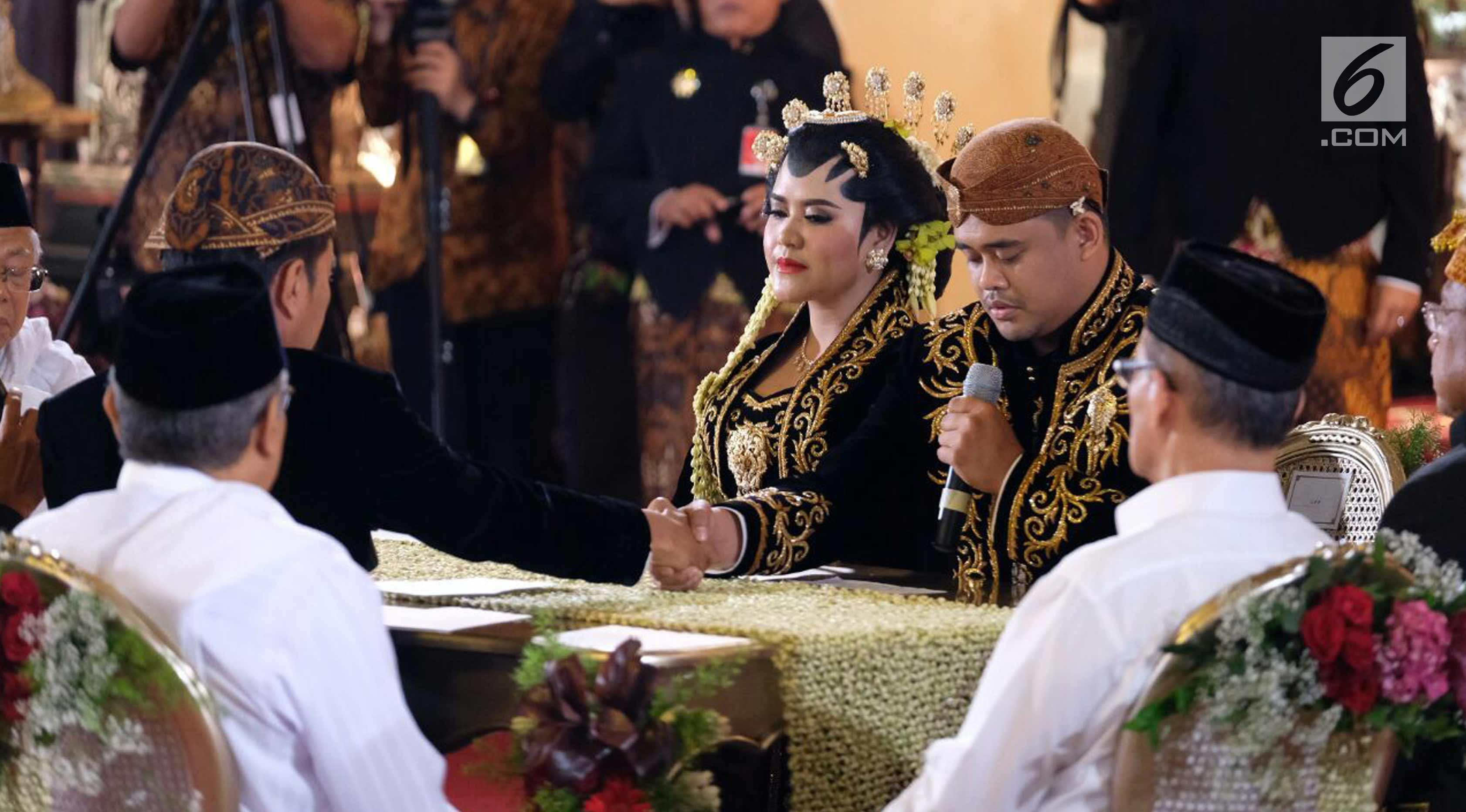 Presiden Joko Widodo saat menikahkan putrinya, Kahiyang Ayu dengan Bobby Nasution dalam prosesi ijab kabul di Gedung Graha Saba, Solo, Jawa Tengah, Rabu (8/11). (Liputan6.com/Pool/Jimboengphoto)
