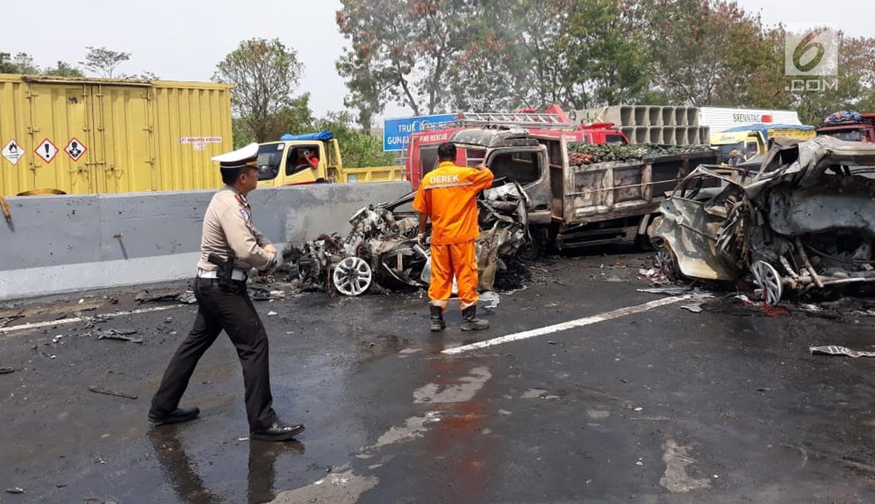 Polisi mengamankan lokasi kecelakaan maut di ruas Tol Cipularang Kilometer 92, Purwakarta, Jawa Barat, Senin (2/9/2019). Kecelakaan maut Cipularang menewaskan tujuh orang dan delapan lainnya luka-luka. (Liputan6.com/HO/Humas Polda)