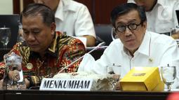 Menkum HAM Yasonna Laoly (kanan) mengikuti Rapat Kerja dengan Badan Legislasi DPR di Senayan, Jakarta, Rabu (4/12/201). Rapat membahas sejumlah rancangan undang-undang (RUU) yang menjadi program legislasi nasional (prolegnas) 2019-2024 maupun RUU prolegnas prioritas 2020. (Liputan6.com/Johan Tallo)