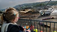 Seorang anak 4 tahun mengandalikan sebuah truk 8X6 Volvo FMX seberat 18 ton menggunakan remote control.