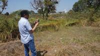 Dubes UEA, Mohammed Abdulla meninjau sebuah lahan kosong di Solo yang diduga akan menjadi lokasi pembangunan masjid.(Liputan6.com/Fajar Abrori)