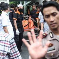 Sebanyak enam orang ditemukan tewas di sebuah rumah di Jalan Pulomas Utara No 7A, Pulogadung, Jakarta Timur, Selas (27/12). Diduga mereka satu keluarga yang menjadi korban perampokan dan pembunuhan. (Liputan6.com/Faizal Fanani)