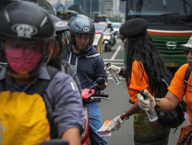 Aksi Semprotkan Hand Sanitizer ke Pengguna Jalan