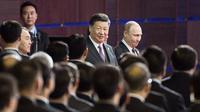 Presiden China Xi Jinping (krii) berjalan bersama dengan Presiden Rusia Vladimir Putin (kanan) di St Petersburg (AFP)