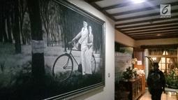 Pelayat memotret koleksi lukisan di rumah duka Presiden ke-3 RI BJ Habibie, Patra Kuningan, Jakarta, Rabu (11/9/2019). BJ Habibie meninggal di RSPAD Gatot Subroto Jakarta Pusat. (Liputan6.com/Angga Yuniar)