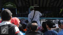 Warga melakukan pembayaran di Gerai Samsat Keliling di Jalan Kalibata Raya, Jakarta, Senin (11/7). Pasca libur lebaran 2016, gerai Samsat Keliling kembali beroperasi melayani pembayaranpajak kendaraan bermotor. (Liputan6.com/Helmi Fithriansyah)