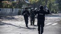 Tim gegana Brimob Jawa Timur melakukan penyisiran di sekitar gereja di Surabaya menyusul ledakan bom, Minggu (13/5). Ledakan terjadi di tiga gereja, yakni Santa Maria di Ngagel, GKI di Jalan Diponegoro dan gereja di Jalan Arjuna. (AFP/JUNI KRISWANTO)
