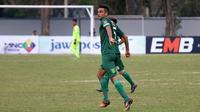 Bek Persebaya, Otavio Dutra, memakai celana terbalik saat laga kontra PSBI di Piala Indonesia 2018 (2/9/2018). (Bola.com/Aditya Wany)