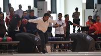 Menteri Pemuda dan Olahraga (Menpora) Imam Nahrawi mencoba berlatih boling bersama para atlet.
