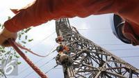 Pasukan Elit PLN saat beraksi di Menara Sutet Jalan Asia Afrika, Jakarta, Rabu (12/8/2015). Pekerjaan tersebut mengandung resiko besar karena jaringan listrik masih dipelihara tanpa dipadamkan. (Liputan6.com/Helmi Afandi)