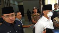 Gubernur Banten Wahidin Halim mengenakan masker saat lantik pejabat Pembro Banten. (Yandhi/Liputan6.com)