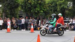 Warga berkumpul jelang pemakaman istri presiden ke-6 RI Susilo Bambang Yudhoyono, Ani Yudhoyono di TMP Kalibata, Jakarta, Minggu (2/6/2019). Pemakaman Ani Yudhoyono  akan dilakukan pada pukul 15.00 WIB. (Liputan6.com/JohanTallo)