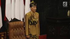 Presiden Joko Widodo dengan baju adat suku Sasak NTB menghadiri Sidang Bersama DPD-DPR di Kompleks Parlemen, Senayan, Jakarta, Jumat (16/8/2019). Setelah sidang tahunan MPR 2019 berakhir, agenda berlanjut ke sidang bersama DPD-DPR. (Liputan6.com/Johan Tallo)