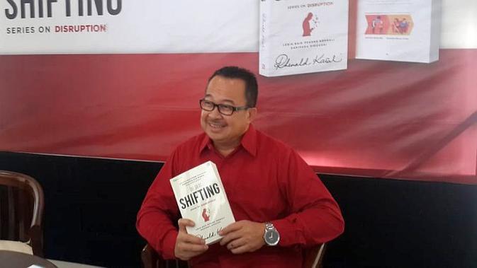 Pakar manajemen perubahan Rhenald Kasali merilis buku baru dengan judul The Great Shifting, Sabtu (21/7/2018).