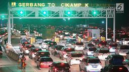 Kendaraan pemudik memadati sekitar Gerbang Tol Cikampek Utama, Jawa Barat, Jumat (7/6/2019). Banyaknya pemudik yang mulai kembali ke Ibu kota menyebabkan peningkatan volume kendaraan sehingga menyebabkan arus lalu lintas kian padat. (Liputan6.com/Immanuel Antonius)
