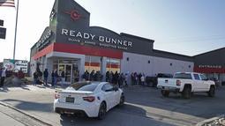 Mobil-mobil terlihat melintasi antrean pembeli senjata dan amunisi di toko senjata Ready Gunner di Orem, Utah, Minggu (10/1/2021). Penjualan amunisi dan senjata telah meningkat di Utah pada hari-hari sejak penyerbuan gedung Capitol di Washington DC pada 6 Januari 2021 lalu. (GEORGE FREY / AFP)