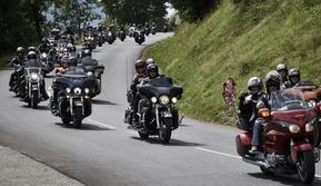 Puluhan penggemar sepeda motor gede (moge) melakukan touring saat mengikuti acara  6th Morzine-Avoriaz Harley Days 2017, Morzine (15/7). Acara kumpul para bikers motor gede ini digelar pada 13 hingga 16 Juli di Morzine. (AFP Photo/Jean-Philippe Ksaizek)