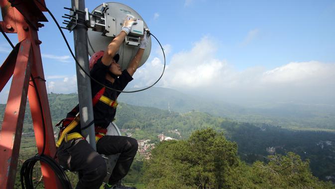 Seorang petugas di menara BTS berupaya memperkuat jaringan XL di sepanjang tol baru untuk keperluan mudik 2017 (Sumber: XL Axiata)