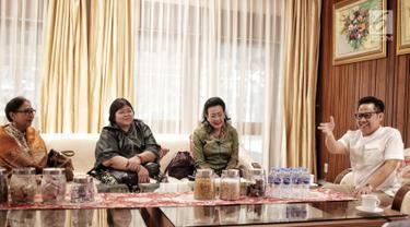 Ketua Umum PKB Muhaimin Iskandar atau Cak Imin (kanan) berbincang dengan Pimpinan DPD RI GKR Hemas di kediamannya, Jakarta, Rabu (23/1). Kedatangan GKR Hemas untuk bertukar pikiran terkait Pilpres dan Pileg. (Liputan6.com/Faizal Fanani)