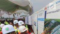 Menteri Perhubungan Budi Karya Sumadi (kiri) melihat gambar proyek pembangunan East Connection, Project Runway, dan Apron Cargo di kawasan Bandara Soekarno – Hatta, Banten, Minggu (15/4). (Merdeka.com / Arie Basuki)
