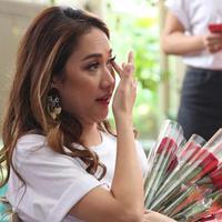 Bunga Citra Lestari (BCL) menitikkan air mata saat acara XOXOBCL Meet & Greet di Kemang, Jakarta, (5/12). (Adrian Putra/Fimela.com)