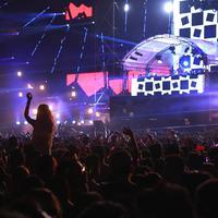 DJ Snake kemudian menutup penampilannya di DWP 2015 ini dengan memperkenalkan diri dan mengucapkan terima kasih kepada penonton. Sebelumnya hits 'Get Low' pun disambut goyangan semangat party goers. (Galih W. Satria/Bintang.com)