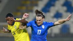 Pemain Swedia Alexander Isak (kiri) memperebutkan bola dengan pemain Kosovo Benjamin Kololli pada pertandingan Grup B kualifikasi Piala Dunia 2022 di Stadion Fadil Vokrri, Pristina, Kosovo, Minggu (28/3/2021). Swedia menang 3-0. (AP Photo/Visar Kryeziu)