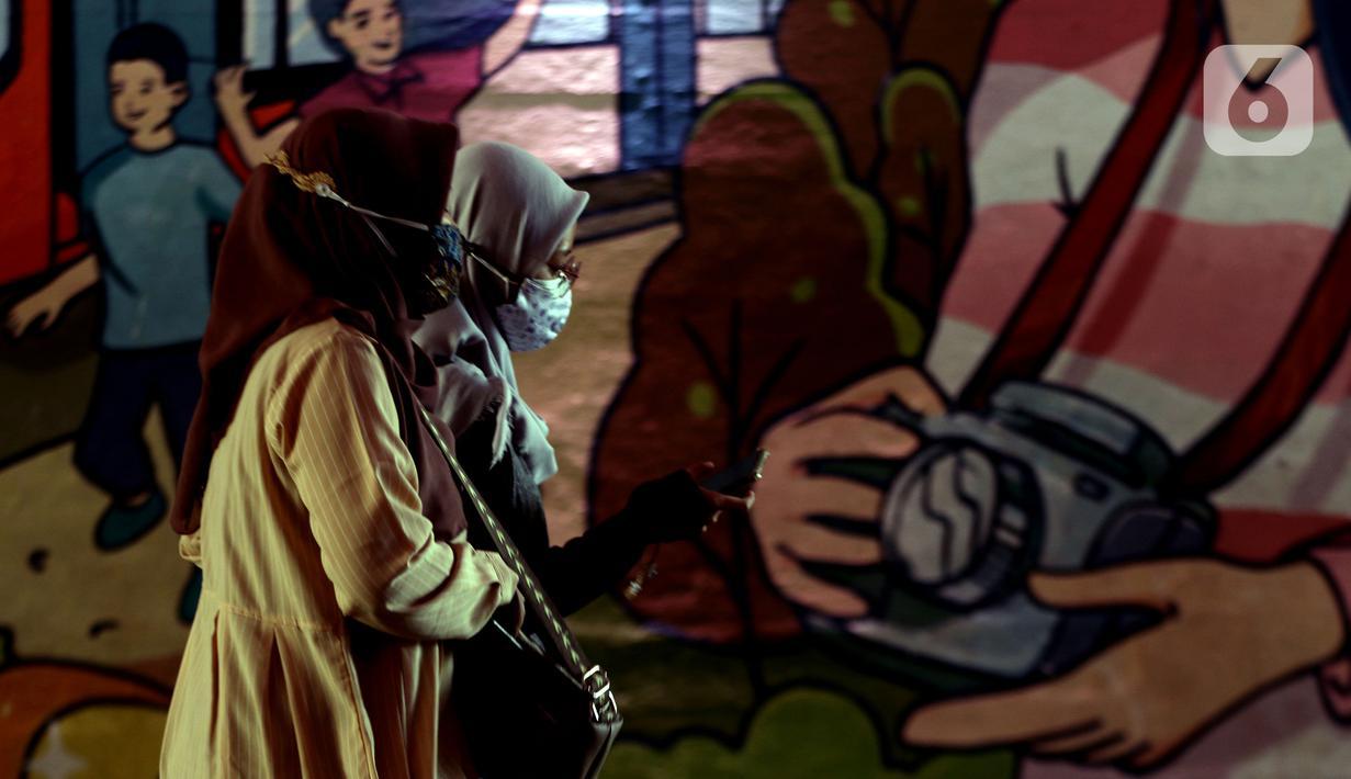 Warga melintasi kawasan terowongan Kendal, Jakarta saat jam pulang kerja, Selasa (28/9/2021). Juru Bicara Satgas Penanganan Covid-19, Wiku Adisasmito menyebut Indonesia perlu meningkatkan kewaspadaan guna mencegah terjadinya gelombang ketiga Covid-19. (Liputan6.com/Helmi Fithriansyah)