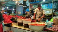 Pedagang melayani pembeli di Pasar Raya Padang. 9Liputan6.com/ Novia Harlina)