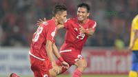 Selebrasi Rezaldi Hehanussa (kiri) usai membobol gawang Tampines Rovers pada laga Piala AFC 2018 di Stadion Utama GBK, Senayan, Jakarta (28/2/2018). Persija unggul sementara 2-0. (Bola.com/Nick Hanoatubun)