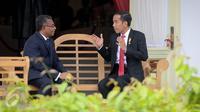 Presiden Jokowi berbincang dengan PM Timor Leste Rui Maria De Araujo di teras belakang Istana Merdeka, Jakarta, Rabu (26/8). Keduanya melakukan pertemuan bilateral untuk meningkatkan kerjasama antara Indonesia dan Timor Leste. (Liputan6.com/Faizal Fanani)