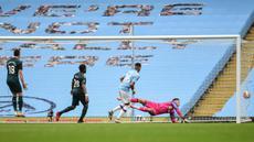 Gelandang Manchester City, Riyad Mahrez dari (kedua kanan) mencetak gol ke gawang Newcastle United pada lanjutan pertandingan Liga Inggris di Etihad Stadium, Kamis (9/7/2020) dini hari WIB. Manchester City menang telak 5-0 atas tamunya Newcastle United. (Oli Scarff/Pool via AP)