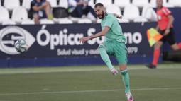 Pemain Real Madrid Karim Benzema menendang bola saat menghadapi Leganes pada pertandingan La Liga di Stadion Butarque, Leganes, Madrid, Spanyol, Minggu (19/7/2020). Pertandingan berakhir dengan skor 2-2. (AP Photo/Bernat Armangue)