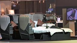 Suasana kabin class business maskapai Singapore Airlines saat peluncuran kabin terbaru di Singapura, (2/11). Kabin business class ini sangatlah nyaman berkat adanya kursi yang bisa diubah menjadi tempat tidur. (AFP Photo/Roslan Rahman)